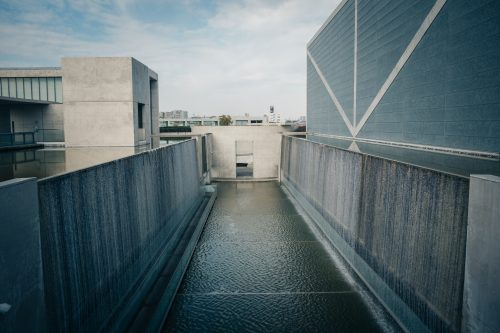 Mur de cascade au musée de la préfecture d'Osaka Sayamaike conçu par Tadao Ando, architecte japonais originaire d'Osaka, Kinki, Japon