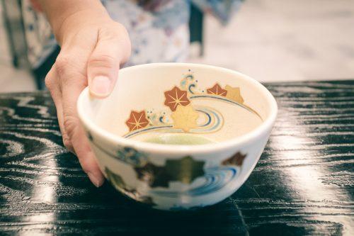 Bol de thé vert matcha au musée dédié à Sen no Rikyu, maître de la cérémonie du thé, Sakai, Osaka, région de Kinki, Japon