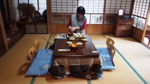 Le thé servi par Mme Ohira dans la pièce principale de leur maison traditionnelle à Izumi, Kagoshima, Kyushu, Japon