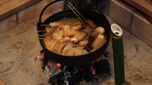 Oden, ou pot-au-feu, cuisant dans le foyer central à la ferme de M et Mme Ohira, Izumi, Kagoshima, Kyushu, Japon
