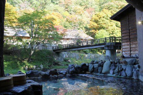 Bassin extérieur en pleine nature à Osawa Onsen, Hanamaki, préfecture d'Iwate
