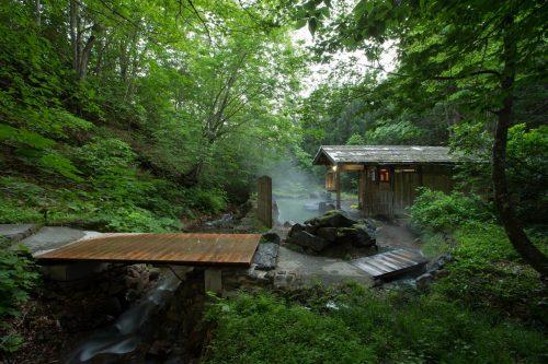 Le bain chaud en pleine nature de l'un des sept ryokan de Nyuto Onsen, Akita, Japon