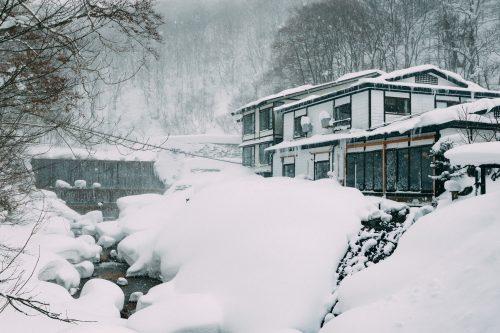 Ryokan sous une épaisse couche de neige à Nyuto Onsen, Akita, Japon
