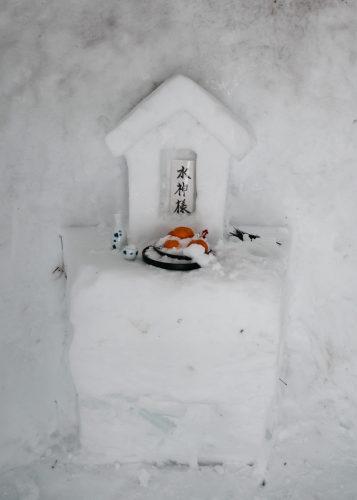 Mini sanctuaire de neige installé devant le ryokan Tsurunoyu à Nyuto Onsen, Akita, Japon