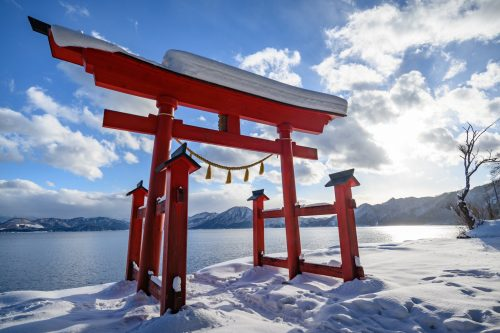 La vue depuis Gozanoishi et son torii rouge au bord du lac Tazawako, Akita, Japon