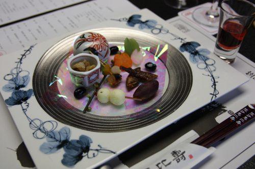 Amuse-bouches servis au restaurant du complexe hôtelier Kasasa Ebisu à Minamisatsuma, préfecture de Kagoshima, Japon