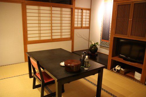 Chambre de style traditionnel japonais au ryokan Matsuya à Minamisatsuma, préfecture de Kagoshima, Japon