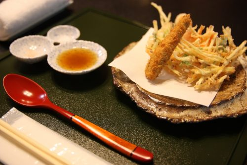 Kakiage de légumes servis au ryokan Matsuya à Minamisatsuma, préfecture de Kagoshima, Japon