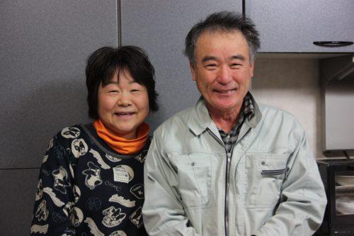 Les époux Oba, producteurs de thé vert japonais qui accueillent les visiteurs dans leur maison d'hôte à Higashisonogi, préfecture de Nagasaki