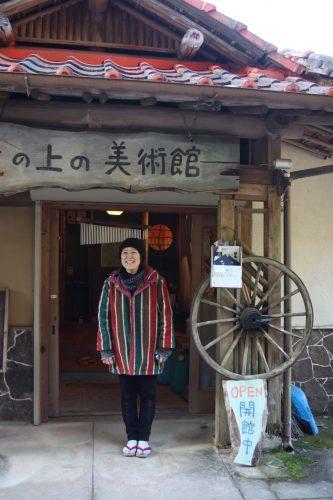 Rieko Matsushima devant le ryokan qu'elle a transformé en galerie d'art à Higashisonogi, préfecture de Nagasaki