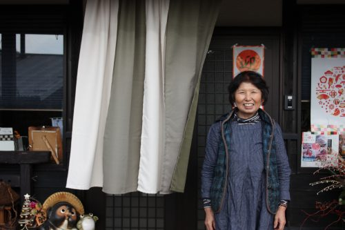 Eiko Oyama, professeure qui donne des leçons de préparation du thé vert japonais devant se boutique à Higashisonogi, préfecture de Nagasaki