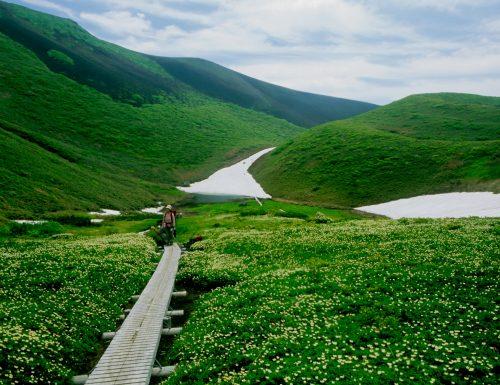 Sentier de randonnée autour d'Akita-Komagatake au printemps à Tazawako, Akita, Japon