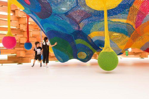 Woods of Net, l'œuvre colorée de Toshiko Horiuchi MacAdam, prisée par les enfants à l'Hakone Open Air Museum à Hakone, Kanagawa, Japon