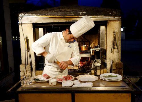 Le chef en cuisine au restaurant français de l'hôtel Odakyu highland à Hakone, Kanagawa, Japon
