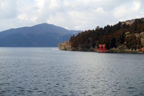 Le torii rouge du sanctuaire d'Hakone vu depuis le lac Ashi à Hakone, Kanagawa, Japon