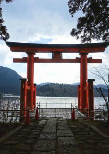 Le torii rouge donnant sur le lac Ashi au sanctuaire d'Hakone, Kanagawa, Japon