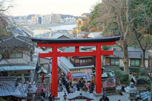 Le grand torii qui marque l'entrée du sanctuaire Enoshima-jinja, sur l'île d'Enoshima, Fujisawa, préfecture de Kanagawa