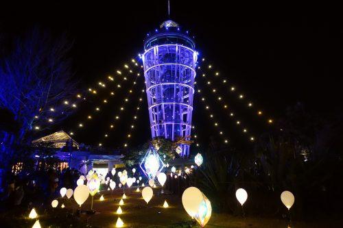 La tour Sea Candle du jardin Samuel Cocking sur l'île d'Enoshima, Fujisawa, préfecture de Kanagawa, pendant le festival hivernal d'illuminations