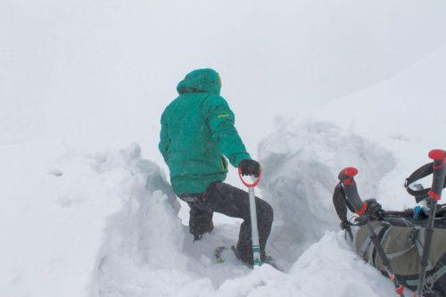Asahidake, Hokkaido : M. Toba déblaie la neiga à l'aide d'une pelle