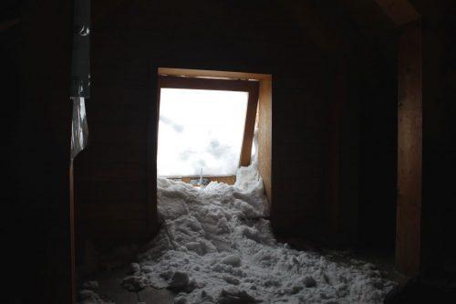 Asahidake, Hokkaido : la neige entre dans le refuge par une petite fenêtre