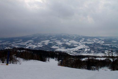 Vue panoramique sur les pistes de ski de la station Kamui Ski Links, sur le mont Kamui à Asahikawa, Hokkaido, Japon