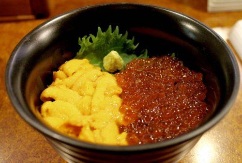 Asahikawa, Hokkaido : oursins et œufs de saumon au restaurant de fruits de mer Oofune