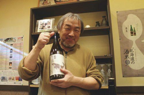 Asahikawa, Hokkaido : le propriétaire du bar Ikoma tenant une bouteille de saké