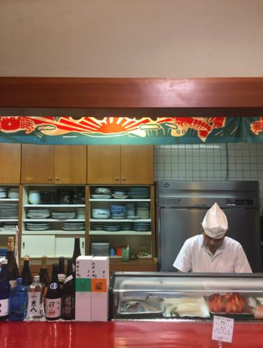 Chef préparant des sushis au restaurant Kamehachi à Saiki, Oita, Kyushu