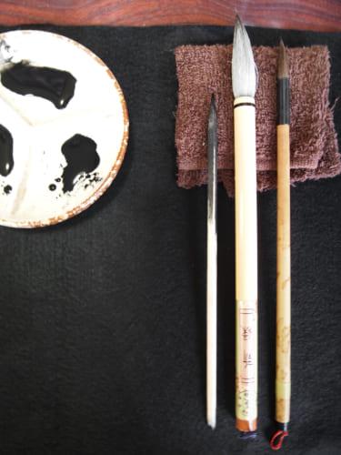 Pinceaux et encre de Chine utilisés pour l'atelier de peinture sumi-e