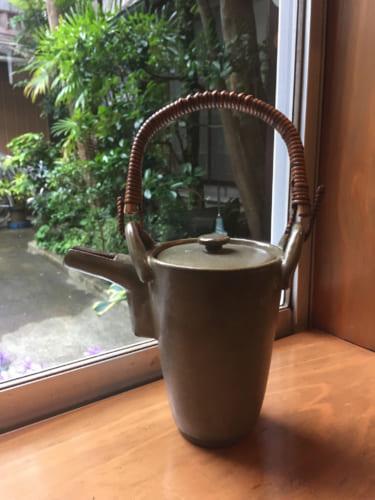 Théière artisanale en céramique au Slow Café Chakra de Saiki