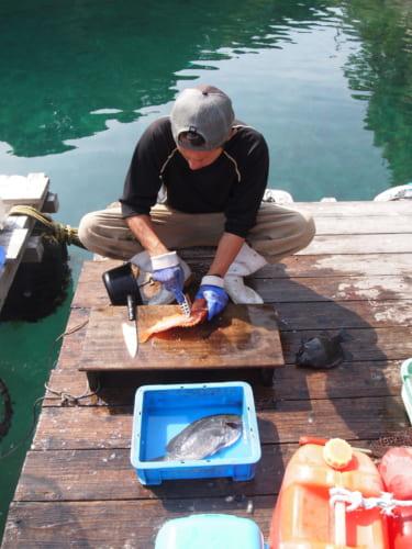 Le patron du Fukuyama Shokudô découpant un poisson fraichement pêché