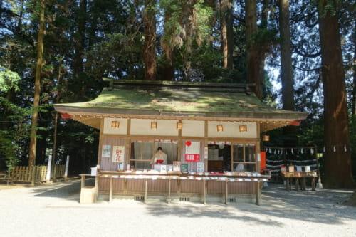 Le bâtiment où sont vendus les portes bonheur et autres objets religieux au sanctuaire de Takachiho, Miyazaki, Kyushu