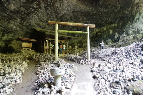 Torii, tas de pierres et sanctuaire dans la grotte Amano Yasukarawa à Takachiho, Miyazaki, Kyushu
