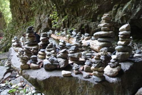Tas de pierres dans la grotte Amano Yasukarawa à Takachiho, Miyazaki, Kyushu