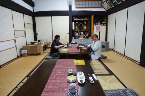 Salle à manger commune dans une pièce traditionnelle au Minshuku Maroudo, à Takachiho, Miyazaki, Kyushu