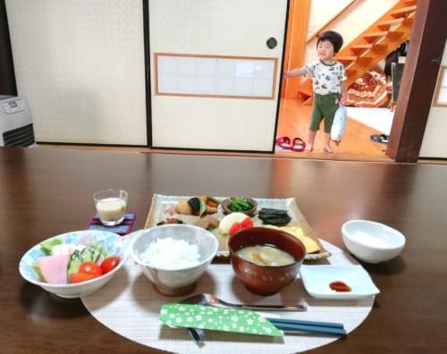 Petit déjeuner traditionnel au Minshuku Maroudo, le petit-fils des propriétaires observe la scène de loin, à Takachiho, Miyazaki, Kyushu