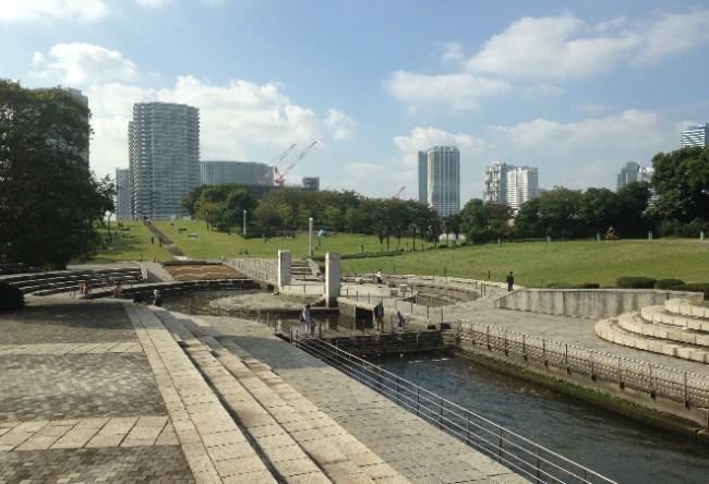 Green Rinko Park overlooking Yokohama port, nearby amusement park Cosmo World