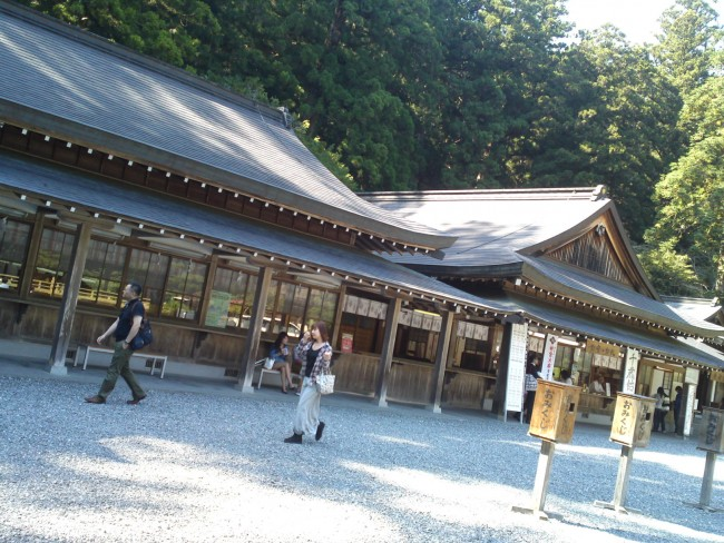 "The shrine ""offices"" is where worshipers can buy souvenirs or talismans or consult their fortune"
