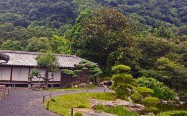 House at Sengan-en with trees in the background.