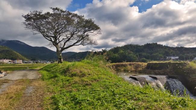 Tano Kansa - A small waterfall near the road.