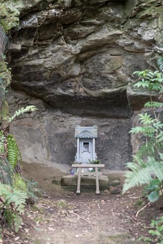 Little shrine on Gionyama hiking course in Kamakura.