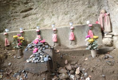 Little walking by little people - an altar, a temple or two, by Kamegayatsuzaka Pass, Kamakura