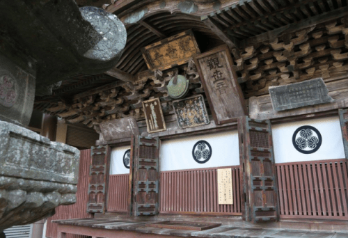 Oya-ji temple has remained here since its establishment in 810 by the great Buddhist monk Kobo Daishi.