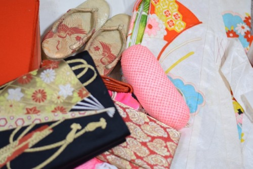 To wear kimono needs a lot of tools and steps!