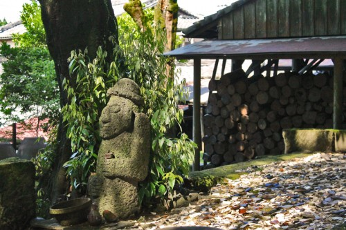 the Chin Yukan kiln is hidden behind a green scenery of trees in Kagoshima.