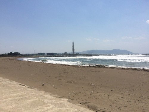 walking along the shore of Mikuni beach makes you feel comfortable
