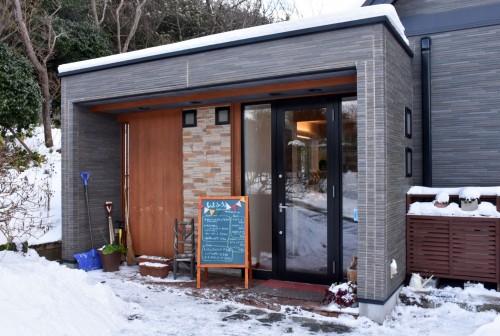 The entrance of Shimafumi café