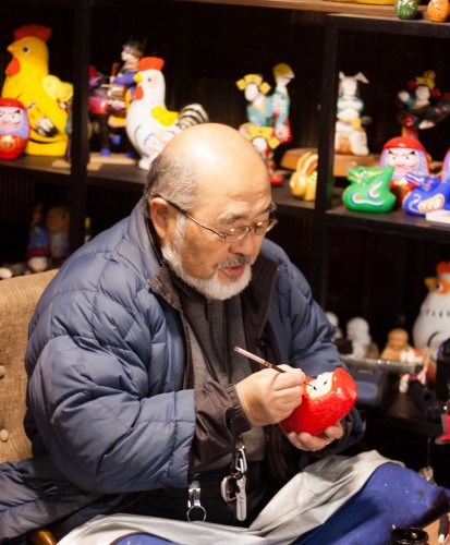 The craftsman is painting daruma