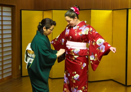 The staff takes care of wearing kimono for me.