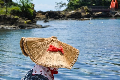 The boat driver wears the traditional dress, accompanied the same nice hat